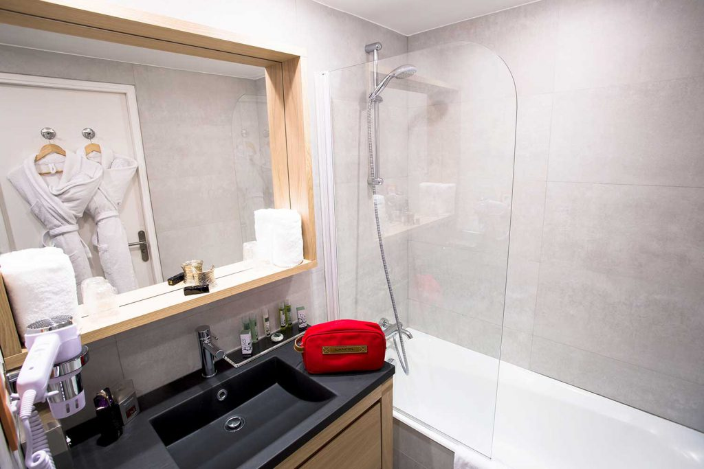 Salle de-bain chambre classique et supérieure / Classic room and superior room bathroom